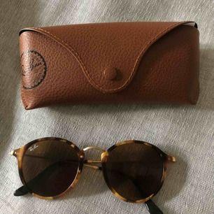 Ray Ban round fleck solglasögon.