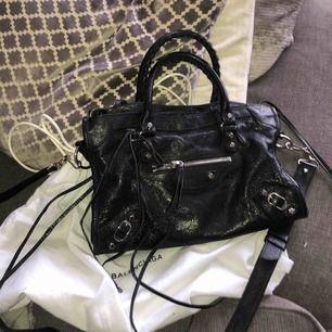 INTRESSEKOLL! Säljer min äkta balenciaga väska för minst 8000kr och nolltolerans för bud under 7500kr. Nypris för denna väska är ca 15 000kr och den är i mycket bra skick. Dustbag och kvitto finns