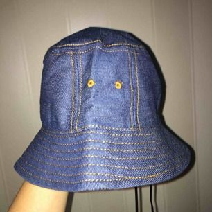Skiit tung bucket hatt med cool jeans design finns även snören man kan spänna med