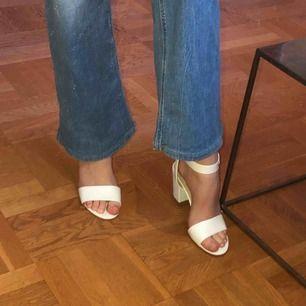 Vita klackskor i storlek 39 från Din Sko. Köpta 2016 men använda två gånger då jag inte är nån höjdare på att gå i klackar!😂 Möts upp i Stockholm! Skriv vid intresse eller mer info!😁