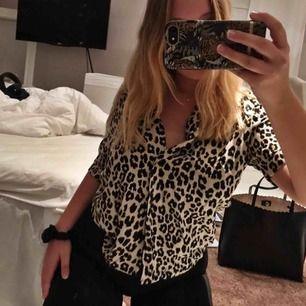 Helt oanvänd skjorta i leo print! Så snygg, dock inte riktigt min stil! Priset är exkl. frakt 🤗 hör gärna av dig om du har några frågor!