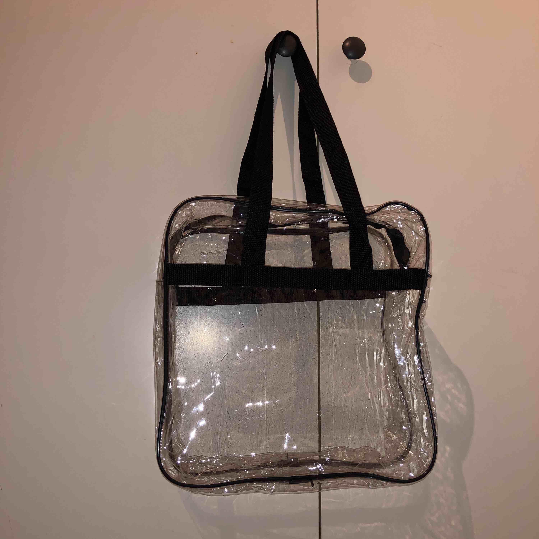 """Ascool transparent pvc tote bag/väska med svarta axelband och svart dragkedja! Får plats med en laptop upp till 13""""!! Perfekt och unik skolväska, frakt tillkommer🥰. Väskor."""