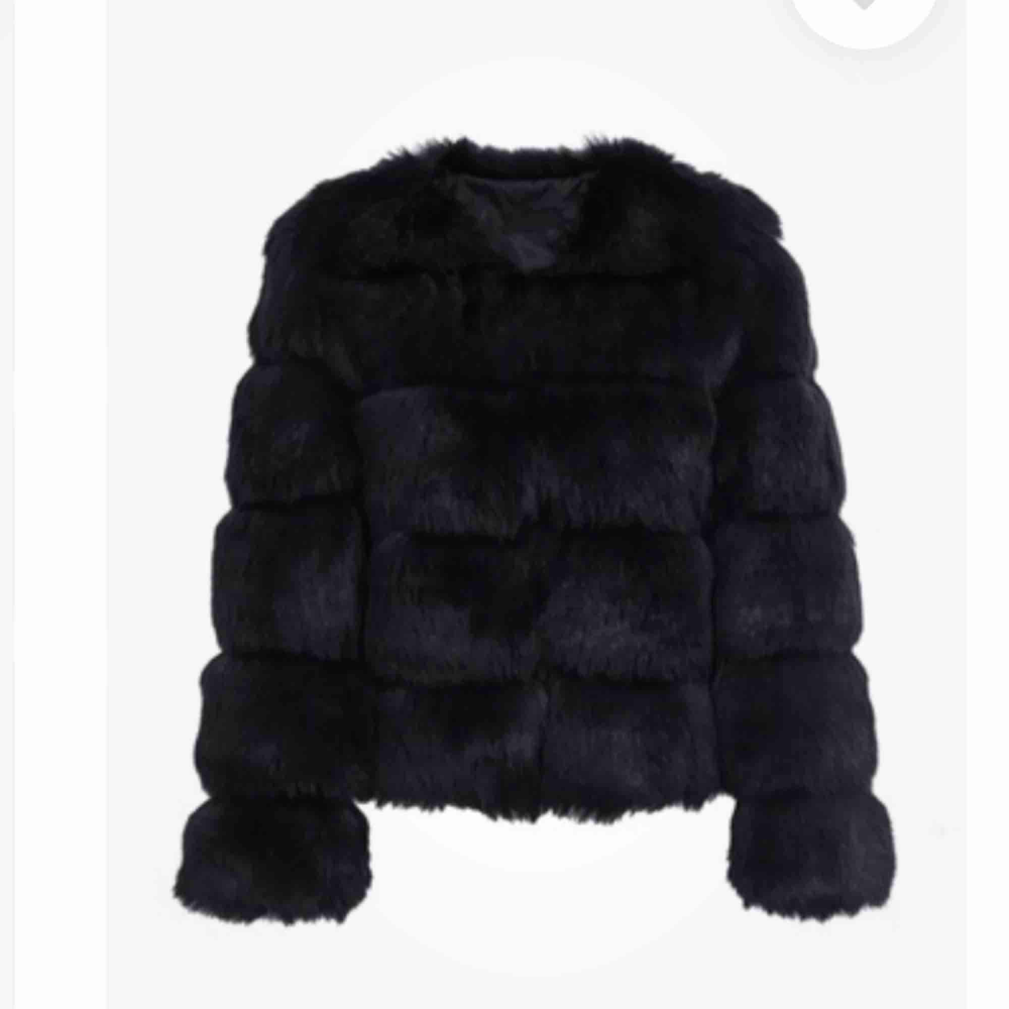 Helt oanvänd! Köpte förra vintern men blev gravid så kunde ej ha jackan, nu passar den inte. Jackan går att köpa Idag för 1299kr och jag säljer den prutat och klart för halva priset! . Jackor.