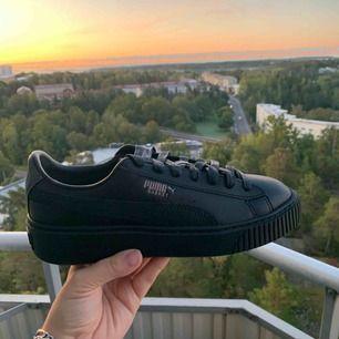 Säljer mina oanvända Puma Basket Platform Euphoria Metal.  Storlek 38 Nypris 1200kr  Finns att hämta på Söder i Stockholm men jag kan också skicka, då tillkommer fraktkostnaden.