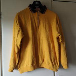Säljer halva min garderob för pangpriser pga flytt, passa på! Jättefin 90-tals sweatshirt med dragkedja och krage. Har små små knappt märkbara fläckar på en liten del på framsidan, se bild två. Syns knappt! Frakten för denna ligger på 63 kr, samfraktar gärna!