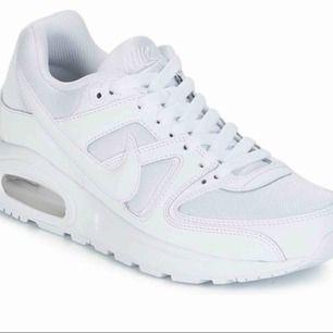Ett par nike air max command flex. Säljer då dom tyvärr blivit för små. I bra skicka, bara att skriva privat för fler bilder på de riktiga skorna!💞