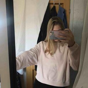En fin och mysig rosa tröja, med lite större armar från H&M. Som är perfekt nu till hösten, man kan styla tröjan lätt med ett par svarta jeans, eller vad man själv tycker är fint. 💕 (Köparen står för frakten)
