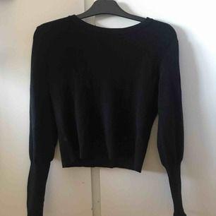 Säljer denna svarta tröja från Bikbok. Tröjan har lite smalare ärmar som man kan vika upp om man känner för det.  (Köparen står för frakten)