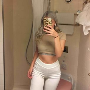 De vita byxorna jag säljer sitter på mig precis över naveln, jag är 162cm. Man kan nog dra upp dom mer om man vill.