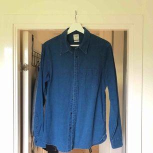 Riktigt snygg skjorta från Lee. Är använd men ser ut som ny, inga fläckar eller liknande. Frakt tillkommer på 50 kr!