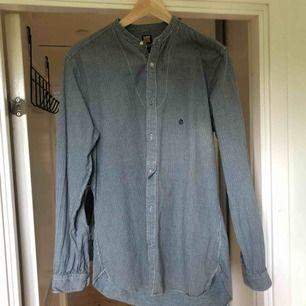 Murarskjorta från Lee med lite pösigare passform.  Frakt 50kr