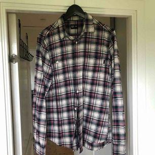 Mysig skjorta från crocker i oerhört skönt material. En före detta favorit som jag tyvärr inte använder längre men hoppas att någon annan kan uppskatta.  Frakt 50kr