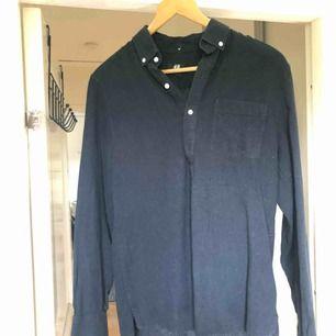 Mörkblå/navy linneskjorta från HM. Sitter lite lösare. Använd men i väldigt bra skick!  Frakt 50kr