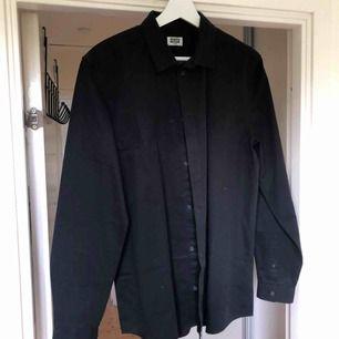 Klassisk svart skjorta från weekday.   Frakt 50kr