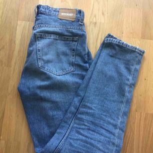 Jeans från weekday. De är i ok-skick. Det står att det är storlek 24/30, men skulle säga att storleken passar en S. Säljer jeansen för att de är förstora. Frakten ingår i priset:))