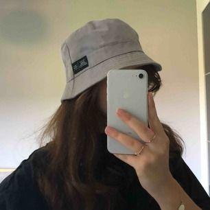 Snygg grå bucket hat, frakt tillkommer på 30kr