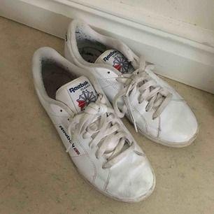 Reebok-sneakers i enkel fin modell. Stl 39. Köparen står för frakt!