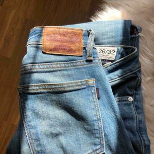 Crocker jeans med bootcut byxa. Egenklippta hål.