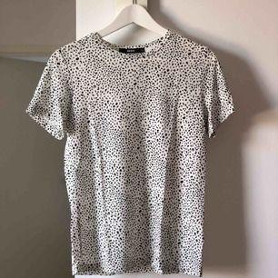Mönstrad T-shirt från Bikbok i stl XS, knappt använd så i väldigt bra skick. Frakt tillkommer på 36kr 🛍