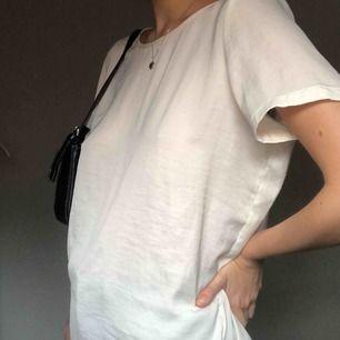 tshirt i sidenliknande material, supermjuk och väldigt tunn!! 🤩 frakt tillkommer på 20kr