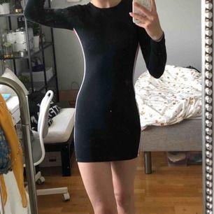Klänning från Pull&Bear 💫 Använd ca 3 gånger så den är i bra skick.   Jag är 176 cm lång för den som undrar hur kort klänningen är. Slutar några cm under rumpan på mig. 🌟   Frakt är ej inräknat i priset.