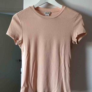 Laxrosa/gammelrosa T-shirt från Monki i stl S, men passar även en XS. Väldigt bra skick. Frakt tillkommer på 36kr 🛍