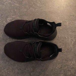 adidas skor i storlek 38, dem är ungefär 1 år gamla och lite slitna på kanten och längst fram med tån men inget som syns så mycket! på bilderna ser det ut som att skorna är solblekta och lite röd men dem är helt svarta!