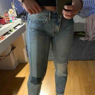 Ett par Levis jeans som är små i storlek då min vanliga storlek är 29. Jätte fin design men byxorna kommer tyvärr inte till användning längre, bra skick.