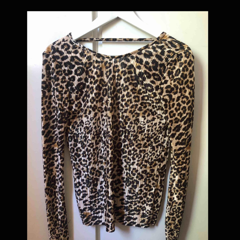 Leopard topp med öppen rygg, använd cirka en gång. Toppar.