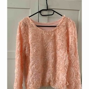 Tunnare tröja med 3D roser i mönster utanpå.  Behaglig och rosa persiko färgad