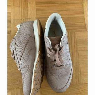 Reebok skor  Mycket fina  Är förstora för mig så säljer dem vidare