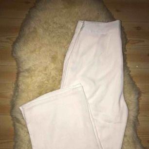 populära vita kostymbyxor från nelly, använda 1 gång så i bra skick bortsett från den lilla rosa fläcken (bild 2) inget som syns eller man tänker på dock 🦋 har fickor och sitter perfekt på 😊 kan fraktas