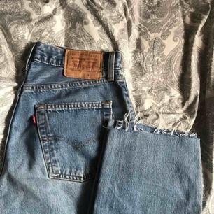 ett par vintage levis jeans med raka ben. köpa begagnande men är för stora. lite slitningar men inga större defekter⚡️köparen betalar frakten