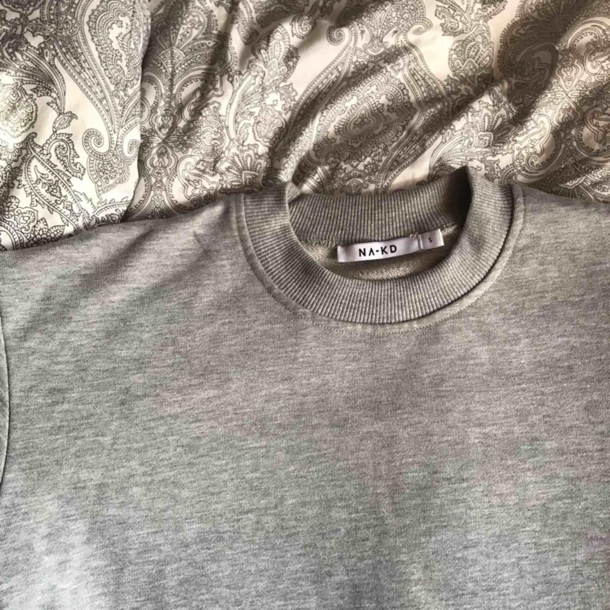 basic grå sweatshirt ifrån na-kd. aldrig använd då jag har andra liknande🦋 . Huvtröjor & Träningströjor.
