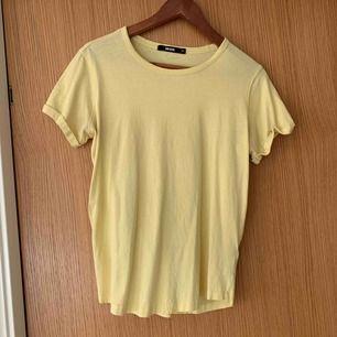 Gul basic t-shirt från BikBok. I fint skick, använd endast fåtal gånger!