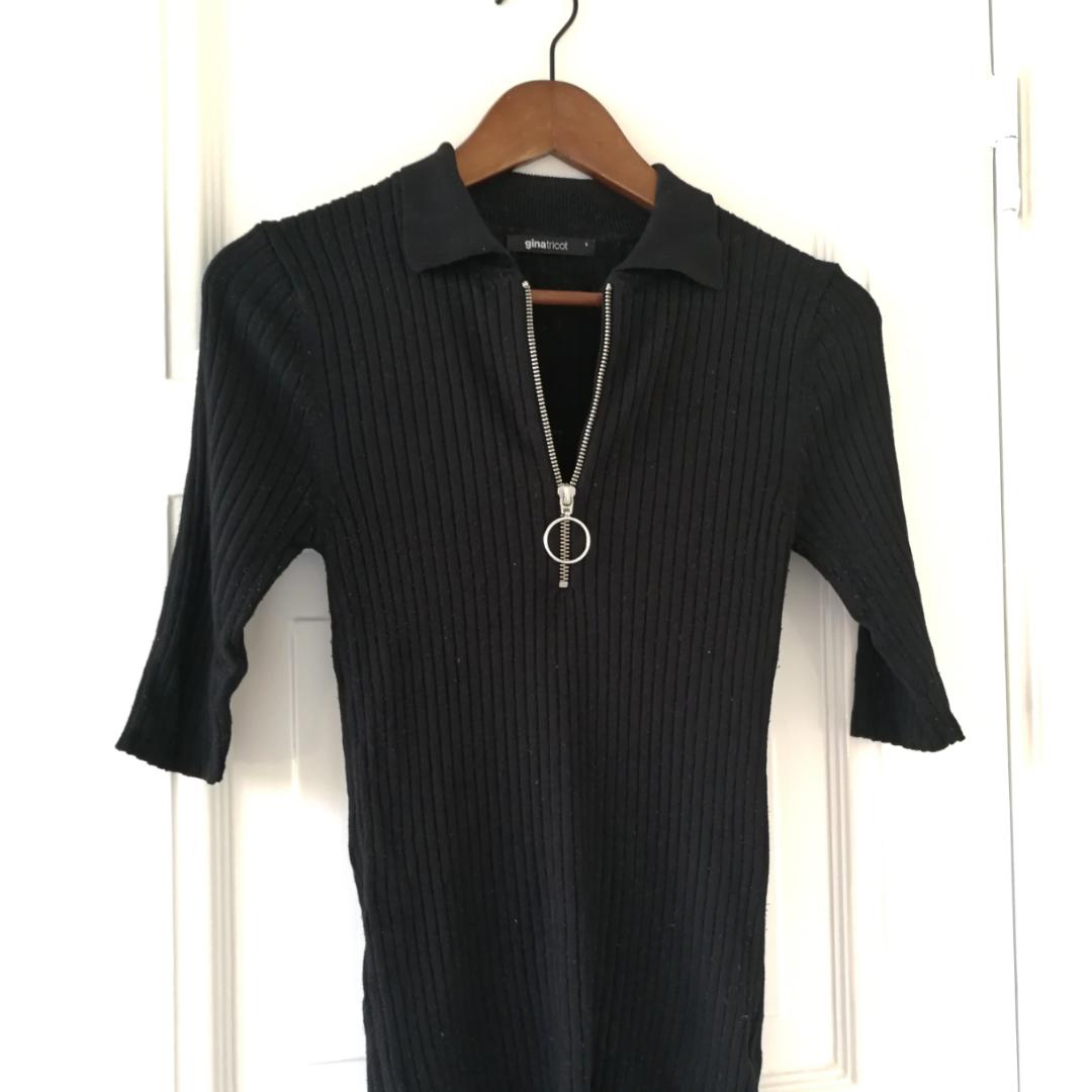 Svart tröja med dragkedja, använd max 5 ggr. Bra skick! 🌼. Toppar.