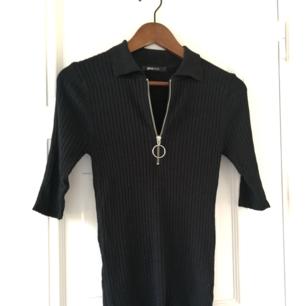 Svart tröja med dragkedja, använd max 5 ggr. Bra skick! 🌼