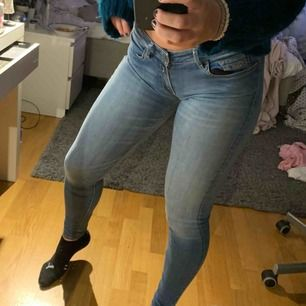 Ett par fina ljusblåa jeans från replay som är i fint skick. Låg midja. Orginalpris: 1100