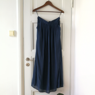 Lång mörkblå kjol från Vila, aldrig använd! 🌼