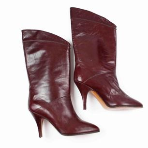 Vintage 80s real leather heeled boots in burgundy Few scratches and scuffs, some creasing, heel top pieces missing SIZE Label: 3, fit best 35-36 EUR Model: 165/36 shoes (good on her) Free shipping! Read the full description at our website majorunit.com