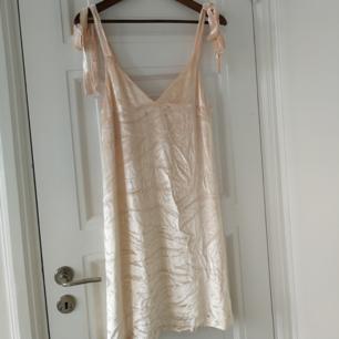 Ljusrosa klänning, superfin med en t-shirt eller skjorta under. Också med skärp. Minifläck som antagligen går bort i tvätt 🌼