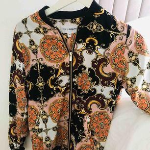 Bomberjacka med Versace mönster lookalike från design by kappahl, aldrig använd