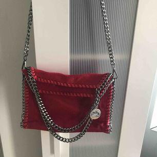 Stella McCartney inspirerad väska i röd, funkar som både crossbody bag och att hålla i
