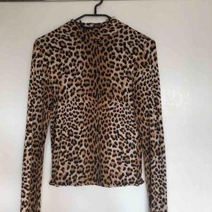 Långärmad tröja med leopardmönster från Gina Tricot. Fint skick. Frakt tillkommer