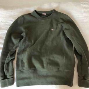 En väldigt lätt använd grön champion reverse weave tröja, reverse weave innebär att den har extra tjock material samt att den inte krymper i tvätten. Köpte originellt för 990kr