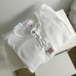 Cool tröja från Levi's, mansstorlek men känns inte så stor alls. Superfin till vintagejeans och klackar 🌼