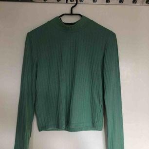 Snygg grön långärmad tröja från STAY. Använd 1-2ggr. Ljusare mer mintgrön i verkligheten, väldigt söt!