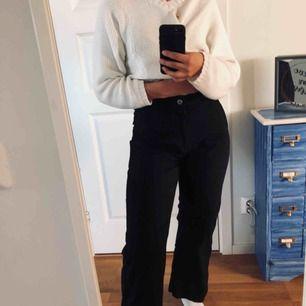 Säljer dessa jätte fina och jätte sköna byxor från Carin Wester. Dom passar inte mig längre så därför säljer jag. Ändats använda 2 ggr 💕