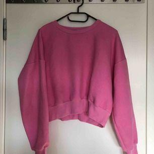 Croppad rosa tröja från Bik Bok. Sparsamt använd. Passar även mig som vanligtvis är en S. Frakt tillkommer