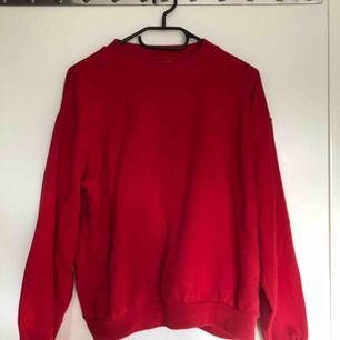 Superskön röd sweater från Clique. Storlek 150/160 men skulle säga att den är som en M. Frakt tillkommer